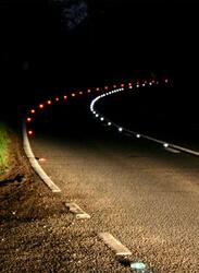 Стъклени отражатели върху път