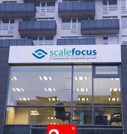 ScaleFocus светеща табела с бяло блокаут фолио на лицето