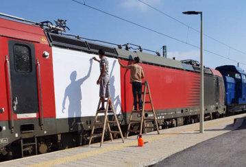 Монтаж на бяло гланц фолио на вагони