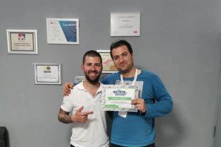 Иван Тенчев дава сертификат за преминато обучение по лепене на фолио